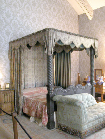 Fourposter bed